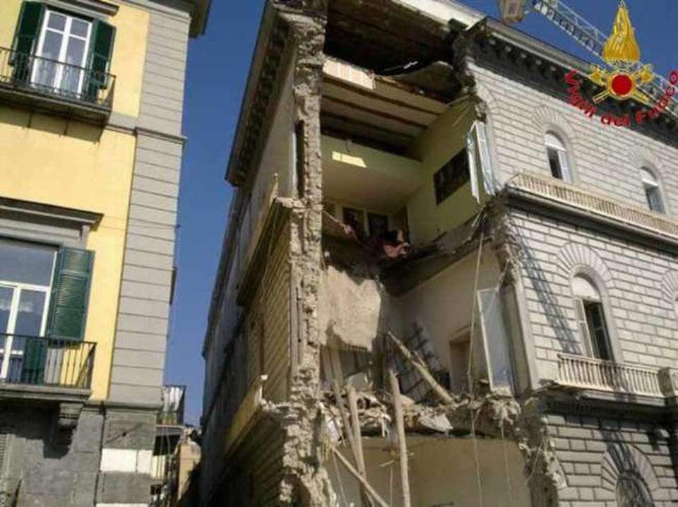 Palazzo crollato le foto dei vigili del fuoco il for Casa artigiana progetta il maestro del primo piano