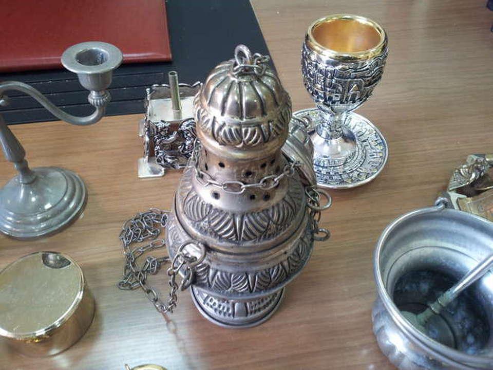 Gli oggetti sacri rubati a secondigliati e riconsegnati al for Oggetti sacri roma