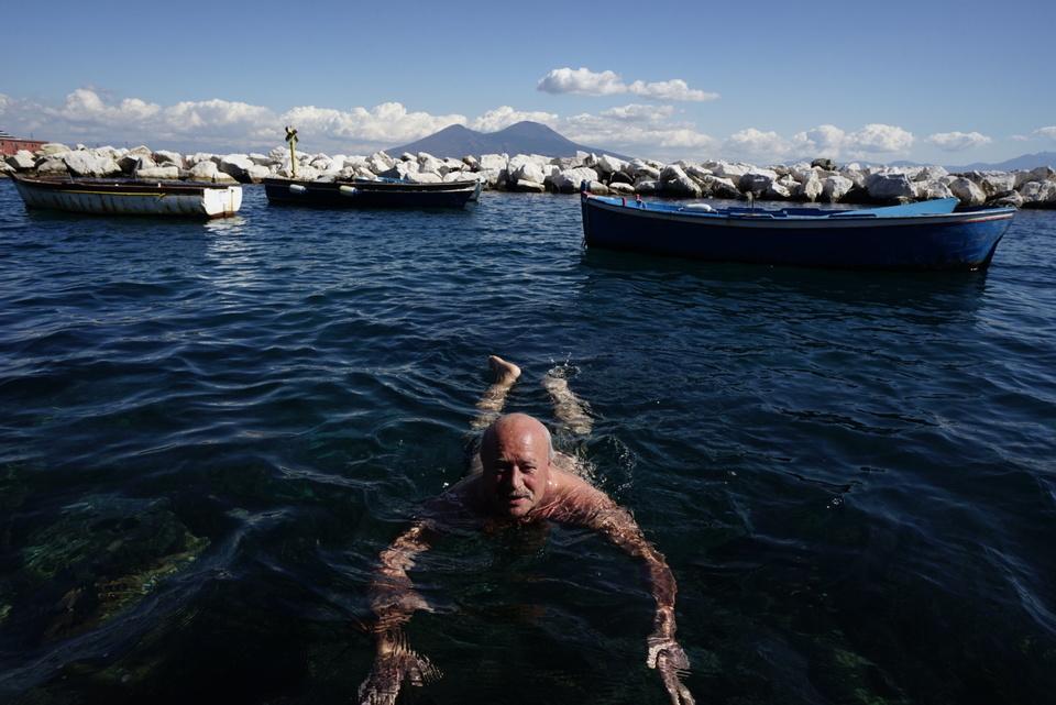L 39 emigrante torna dal canada e si fa il bagno a via for Ibiza a maggio si fa il bagno